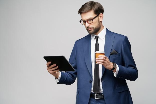 Jeune, homme affaires, tenue, numérique, tablette, pc, pad, papier, tasse, café