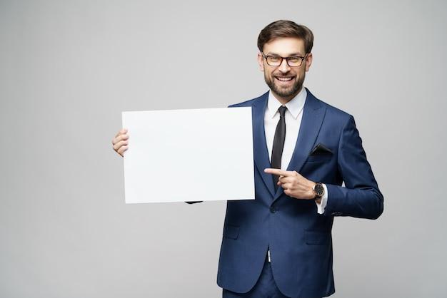 Jeune, homme affaires, tenue, vide, signe, gris, mur