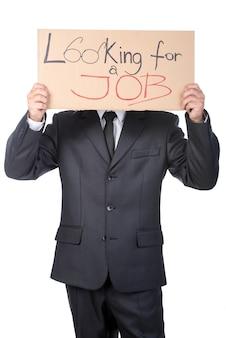 Jeune homme d'affaires tient une pancarte recherche d'un emploi