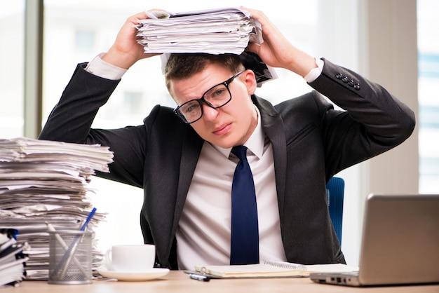 Jeune homme d'affaires travaillant au bureau