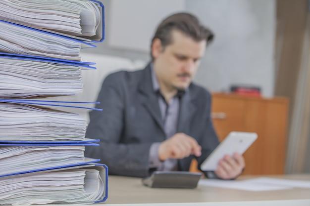 Jeune homme d'affaires travaillant depuis son bureau