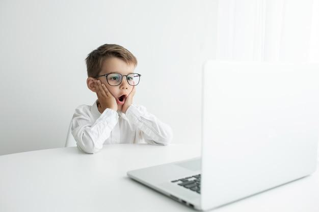 Jeune homme d'affaires travaillant avec un ordinateur portable au bureau