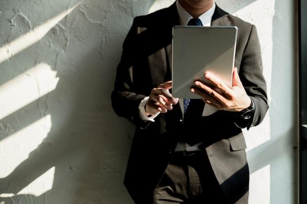 Jeune homme d'affaires travaillant avec ordinateur portable mobile et documentsin office, concept d'entreprise