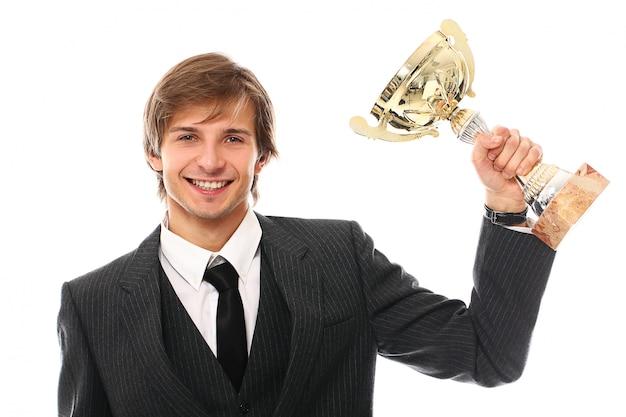 Jeune homme d'affaires avec trophée