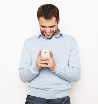 Jeune homme d'affaires utilisant un téléphone portable