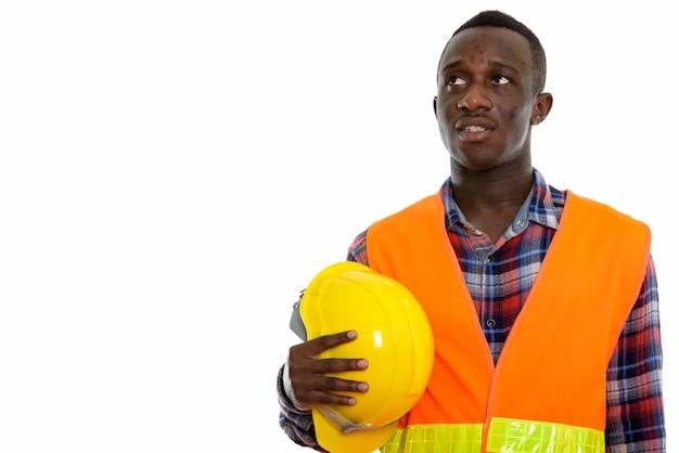 Jeune homme africain noir ouvrier du bâtiment penser