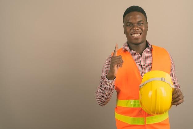 Jeune homme africain, ouvrier construction