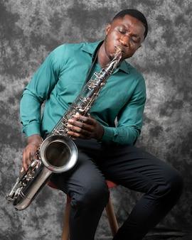 Jeune Homme Afro-américain Célébrant La Journée Internationale Du Jazz Photo gratuit