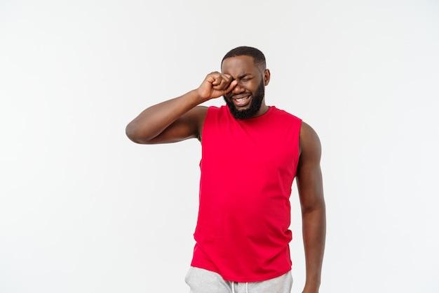 Jeune homme afro-américain sur le concept isolé, embarrassé et négatif.