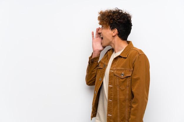 Jeune homme afro-américain criant avec la bouche grande ouverte