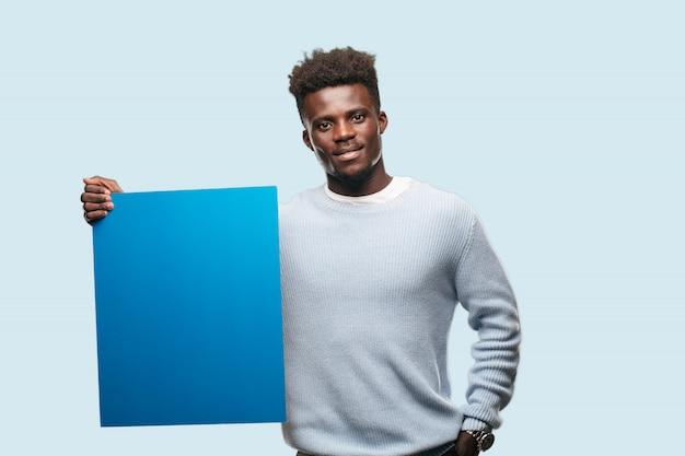 Jeune homme afro-américain exprimant un concep