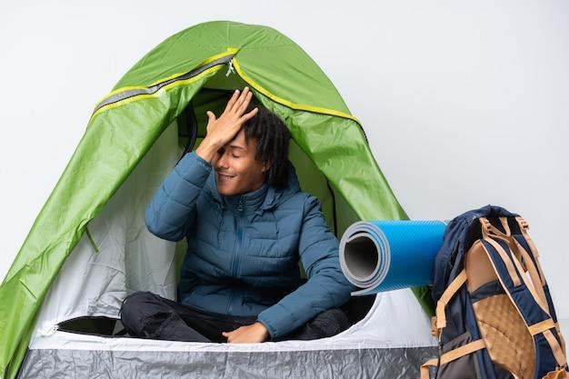 Jeune homme afro-américain faisant du camping sur le mur