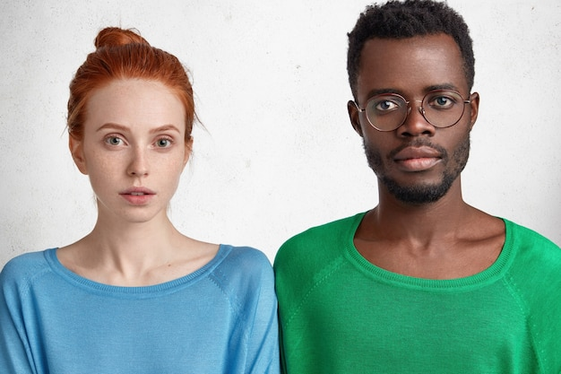 Jeune homme afro-américain et femme rousse