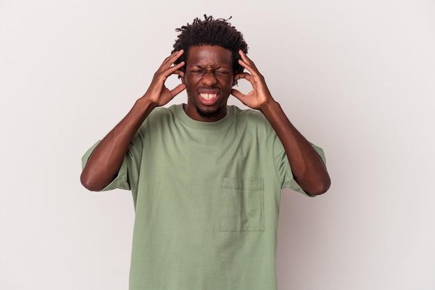 Jeune homme afro-américain isolé sur fond blanc couvrant les oreilles avec les mains.