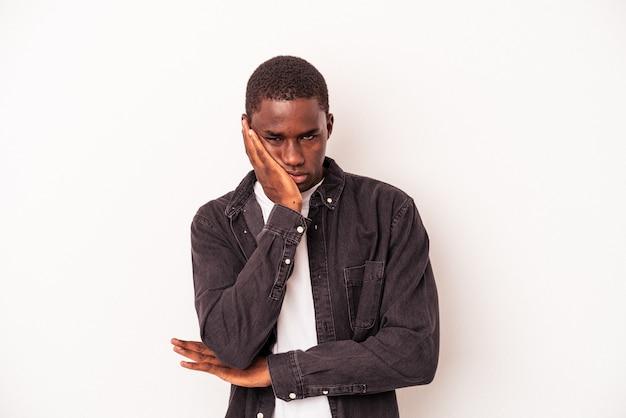 Jeune homme afro-américain isolé sur fond blanc qui s'ennuie, est fatigué et a besoin d'une journée de détente.