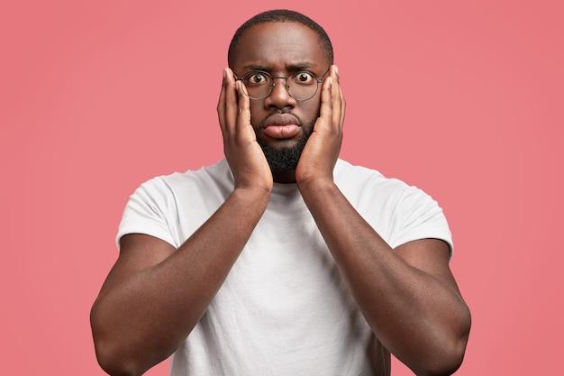 Jeune homme afro-américain avec des lunettes rondes