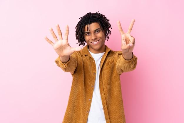 Jeune homme afro-américain sur mur