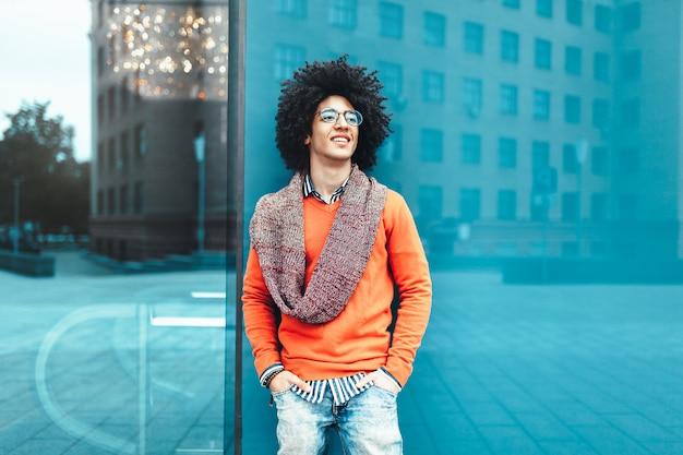 Jeune homme afro-américain noir bouclé