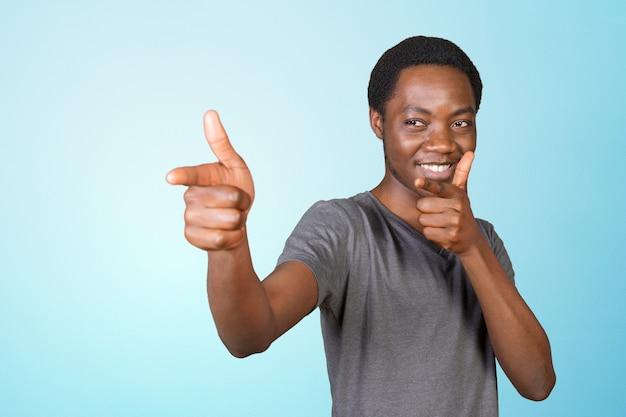 Jeune homme afro-américain, pointant l'espace copie