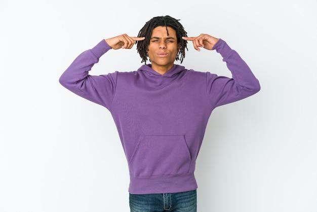 Jeune homme afro-américain rasta concentré sur une tâche