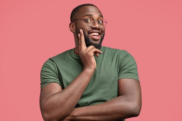 Jeune homme afro-américain en t-shirt décontracté