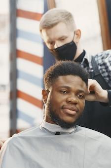 Jeune homme afro-américain visitant le salon de coiffure