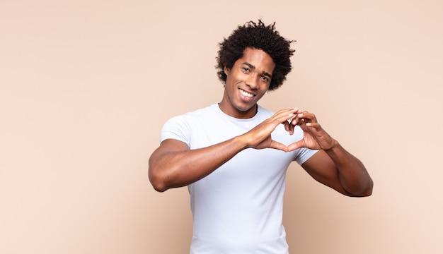 Jeune homme afro noir se sentant fatigué, stressé, anxieux, frustré et déprimé, souffrant de douleurs au dos ou au cou