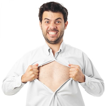 Jeune homme agissant comme un super héros et déchirant sa chemise