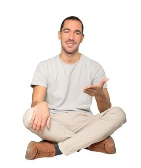 Jeune homme agitant avec sa main