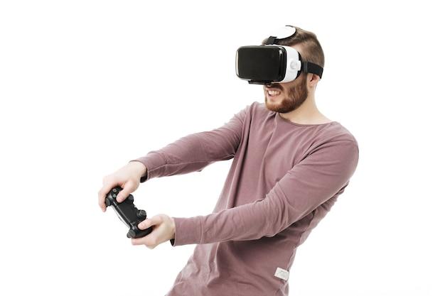 Jeune homme à l'aide de lunettes de réalité virtuelle et jouer au jeu vidéo
