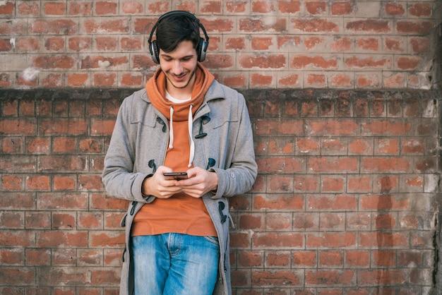 Jeune homme à l'aide de son téléphone portable.