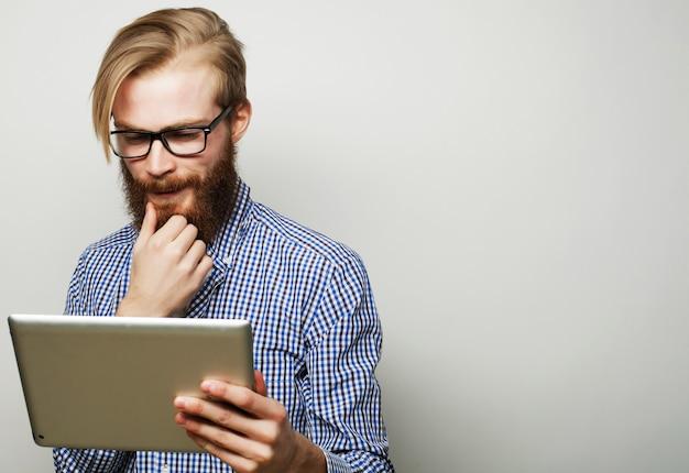 Jeune homme à l'aide d'une tablette