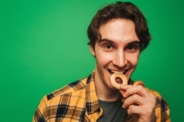 Jeune homme aime manger des biscuits