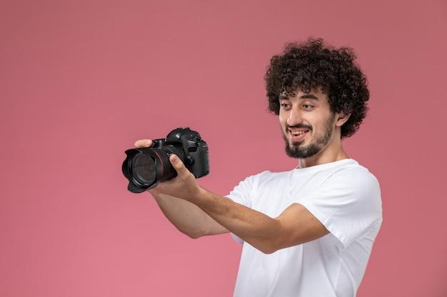 Jeune homme aime vraiment la qualité de la photocaméra