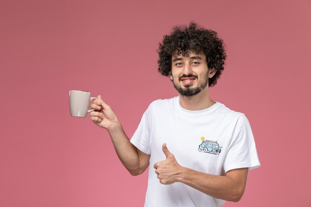 Jeune homme aime vraiment sa tasse