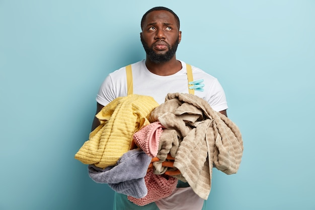 Jeune, homme américain africain, faire lessive