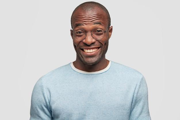 Jeune, homme américain africain, porter, t-shirt bleu