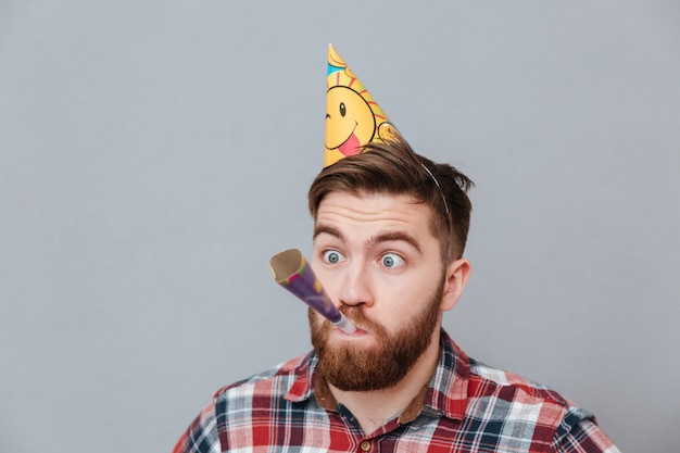 Jeune homme anniversaire barbu