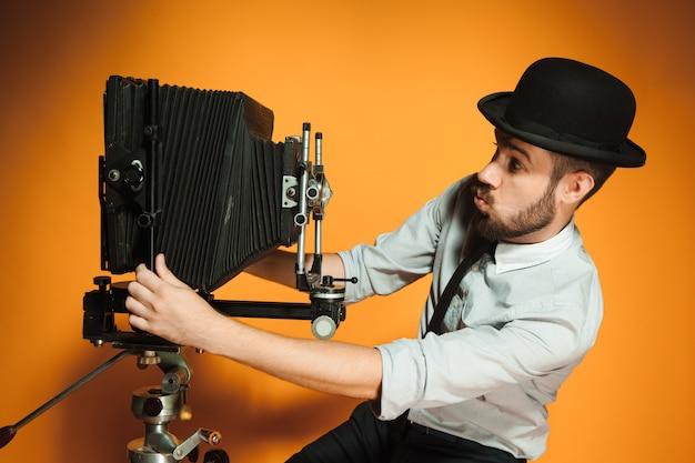 Jeune homme, à, appareil photo rétro