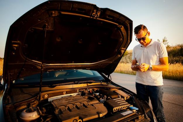 Jeune homme appelant un technicien