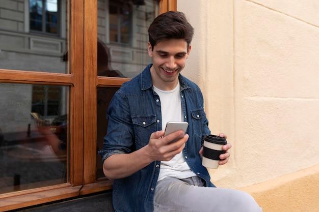 Jeune homme appréciant une tasse de café