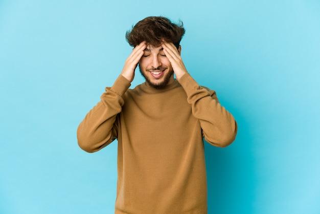 Jeune homme arabe exprimant des émotions isolées