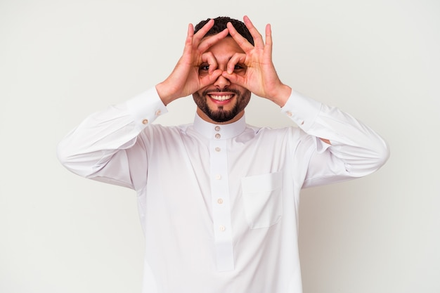 Jeune homme arabe portant des vêtements arabes typiques isolé sur fond blanc montrant un signe correct sur les yeux