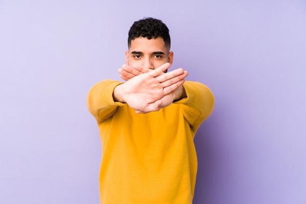 Jeune homme arabe de race mixte isolé faisant un geste de déni