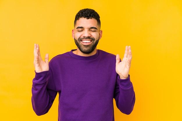 Jeune homme arabe de race mixte isolé joyeux rire beaucoup. concept de bonheur.