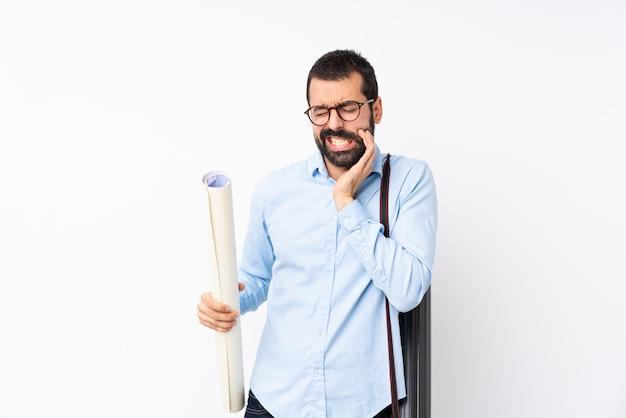 Jeune homme architecte avec barbe avec maux de dents