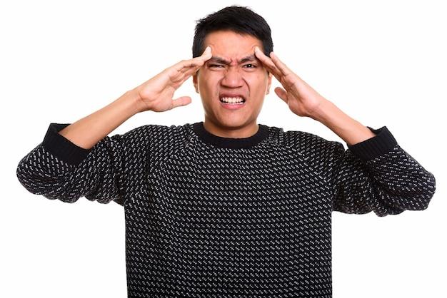 Jeune homme asiatique ayant mal à la tête