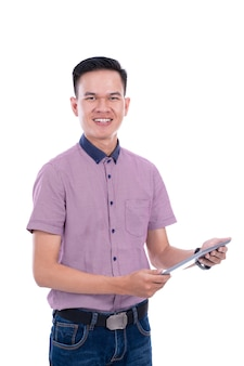 Jeune homme asiatique en chemise décontractée avec tablette
