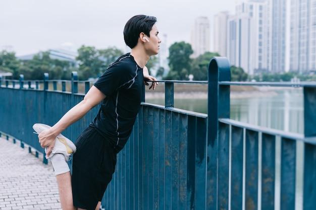 Jeune Homme Asiatique Exerçant Dans Le Parc Photo Premium