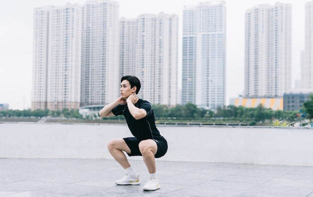 Jeune homme asiatique exerçant dans le parc